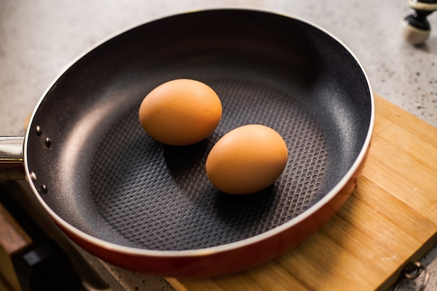 Dois ovos em uma frigideira
