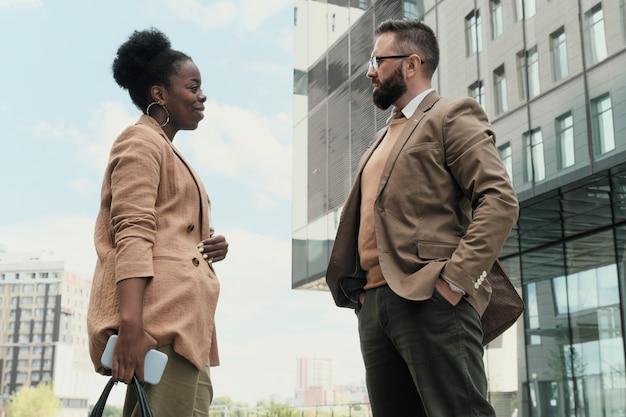 Dois parceiros de negócios conversando durante reunião na cidade