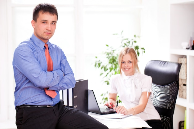 Dois parceiros de negócios estão trabalhando juntos
