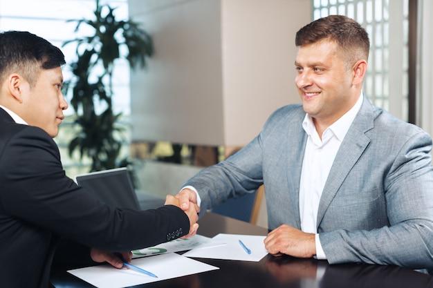 Dois parceiros de negócios sentado em uma mesa juntos e trabalhando