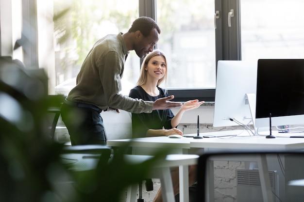 Dois parceiros de negócios trabalhando juntos