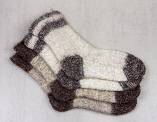 Dois pares de meias de lã de homens em um plano de fundo cinza