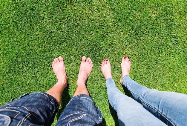 Dois pares de pés descalços