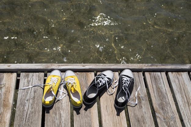 Dois pares de sapatos no cais