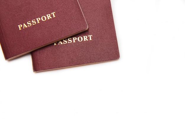 Dois passaportes em fundo branco. isolado no branco. documento para as viagens. modelo