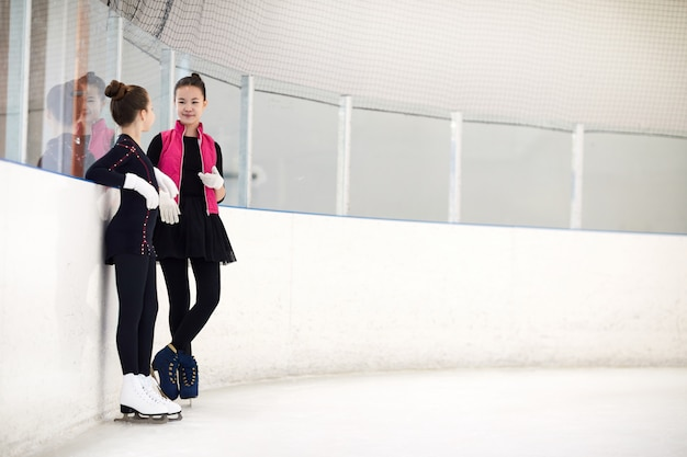 Dois patinadores artísticos conversando