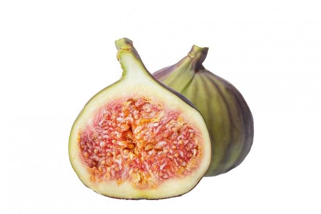 Dois pedaços de frutas frescas de figo isolados