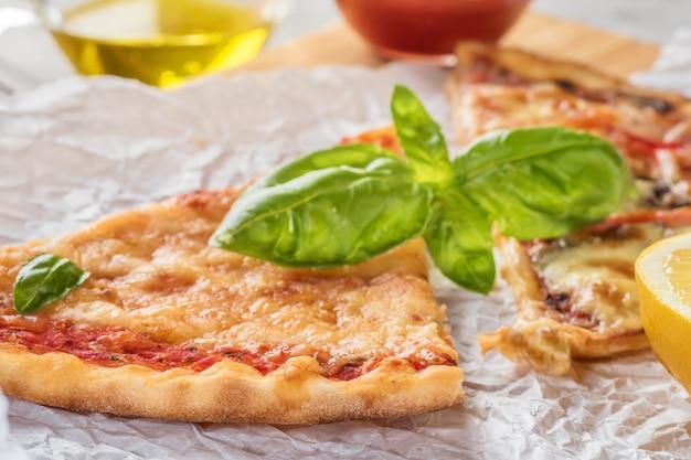 Dois pedaços de pizza com cogumelos e queijo