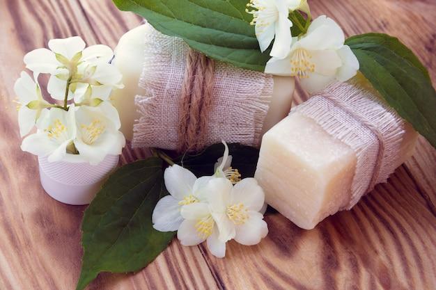 Dois pedaços de sabão branco seco com jasmim