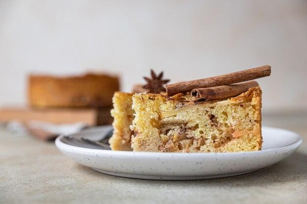 Dois pedaços de torta de maçã com canela em um prato