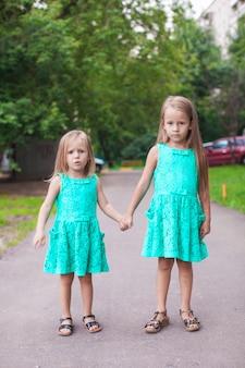 Dois, pequeno, moda, irmã, andar, junto, ligado, rua