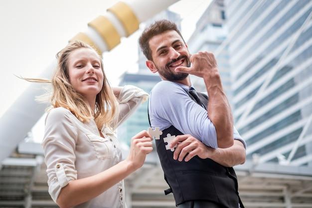 Dois, pessoas negócio, montar, jigsaw, quebra-cabeça, e, represente equipe, apoio, e, ajuda, conceito