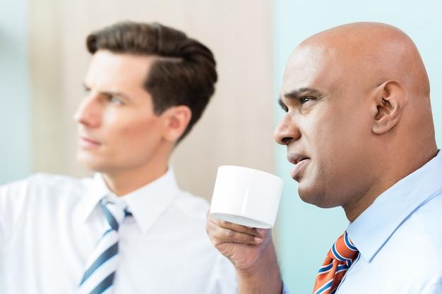 Dois, pessoas negócio, tendo, informal, café, reunião