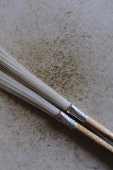 Dois pincéis de pintura em uma superfície de madeira