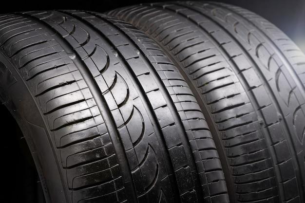 Dois pneus de verão velhos usados em fundo preto