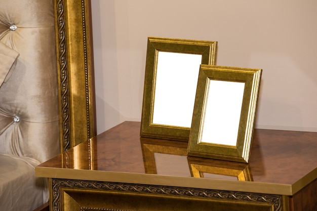 Dois porta-retratos em branco na cômoda. simulação de molduras em branco
