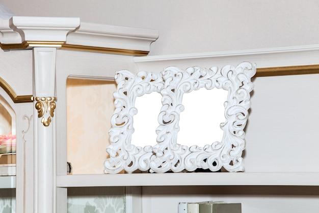 Dois porta-retratos em branco na prateleira.
