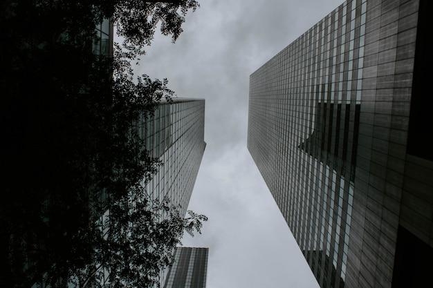 Dois prédios altos, um de frente para o outro, filmado de baixo ângulo