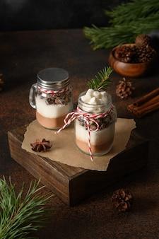 Dois presentes de natal comestíveis caseiros em frasco de vidro para fazer bebida de chocolate