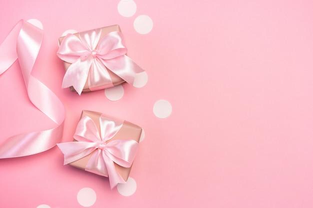 Dois presentes ou caixas de presentes em rosa pastel.