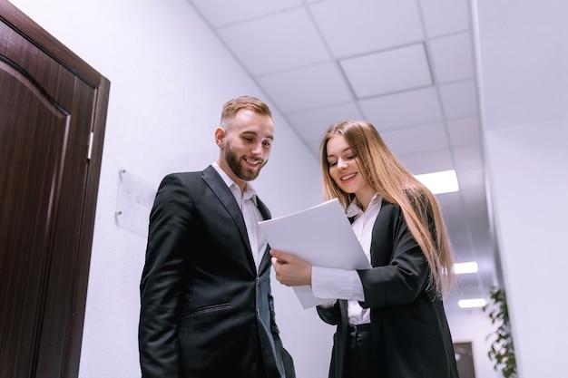 Dois profissionais discutindo o projeto, tendo uma conversa de negócios na sala de trabalho
