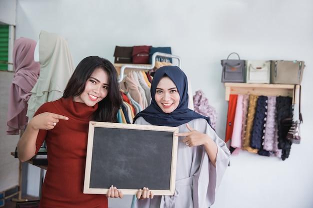 Dois proprietários de lojas de moda asiática com branches