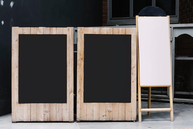 Dois quadros negros e um maquete de flip-chart