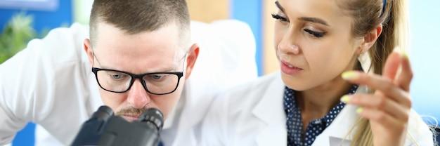 Dois químicos se encontram contra o laboratório de química. conceito farmacêutico