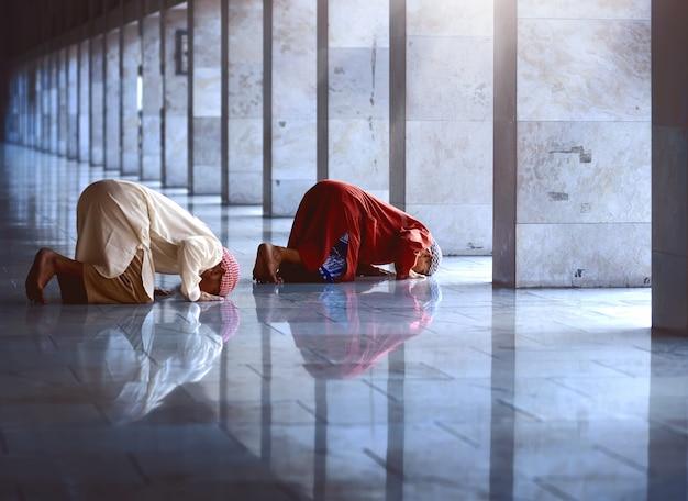 Dois religiosos muçulmanos rezando juntos