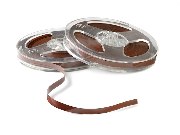 Dois rolos de fitas magnéticas de áudio antigas isoladas