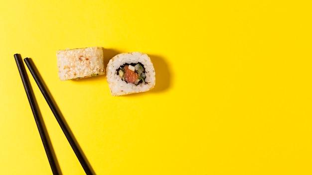 Dois rolos de sushi com cópia-espaço