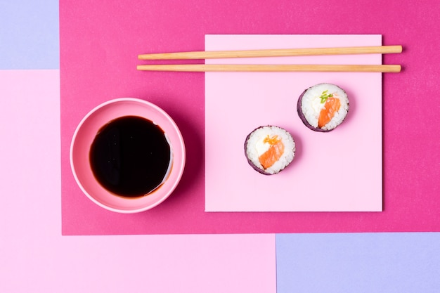 Dois rolos de sushi no prato