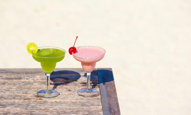 Dois saborosos cocktails na praia tropical branca