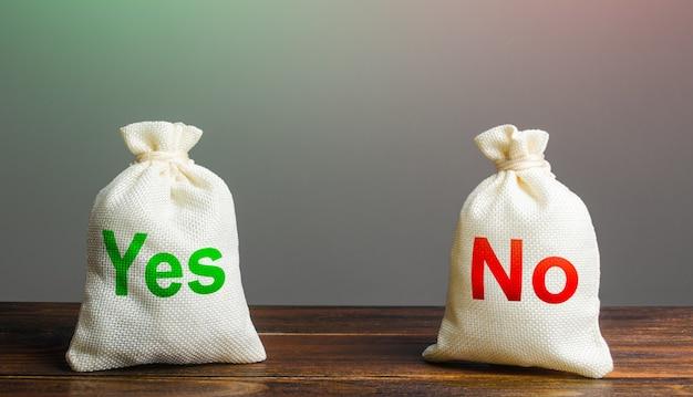 Dois sacos com sim e sem vantagens e desvantagens de planejamento de risco, propriedades úteis e prejudiciais