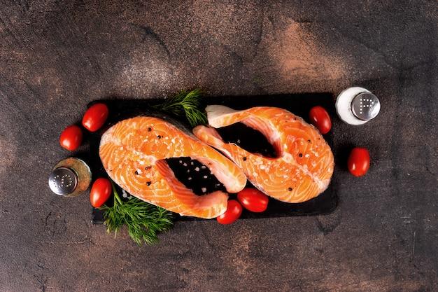 Dois salmão fresco cru em um fundo escuro
