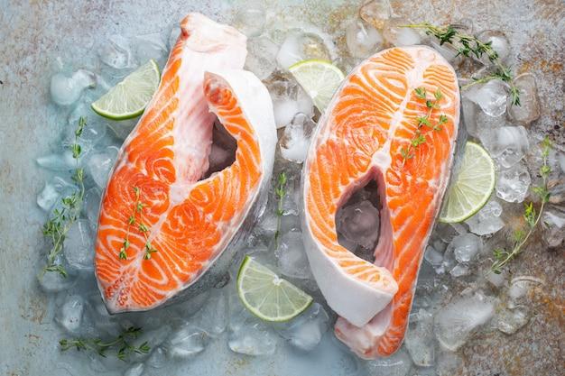 Dois salmões frescos crus ou bifes de truta no gelo