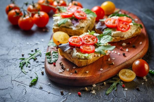 Dois sanduíches frescos com tomate cereja