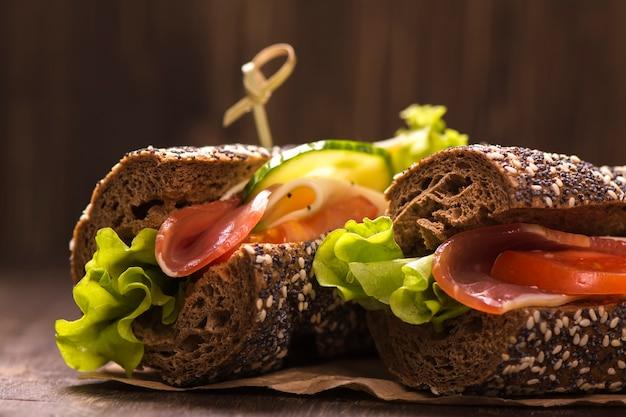 Dois sanduíches saudáveis com presunto, queijo e legumes