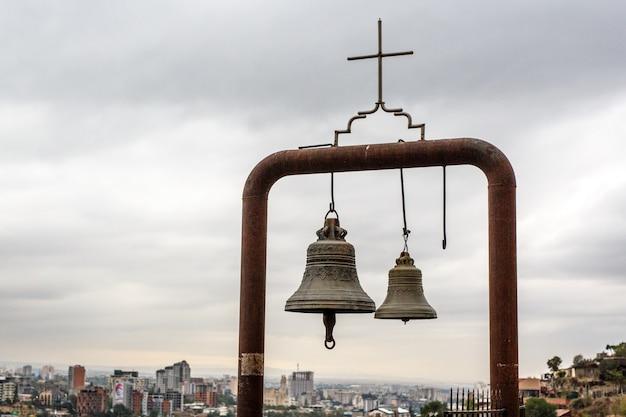Dois sinos cristãos acima da cidade, tbilisi, geórgia