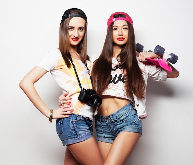 Dois skatistas de garotas