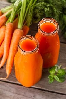 Dois smoothies naturais da cenoura