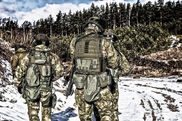 Dois soldados de uma unidade especial estão se preparando para realizar uma missão perigosa
