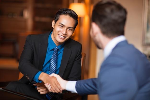 Dois, sorrindo, negócio, sócios, agitação, mãos