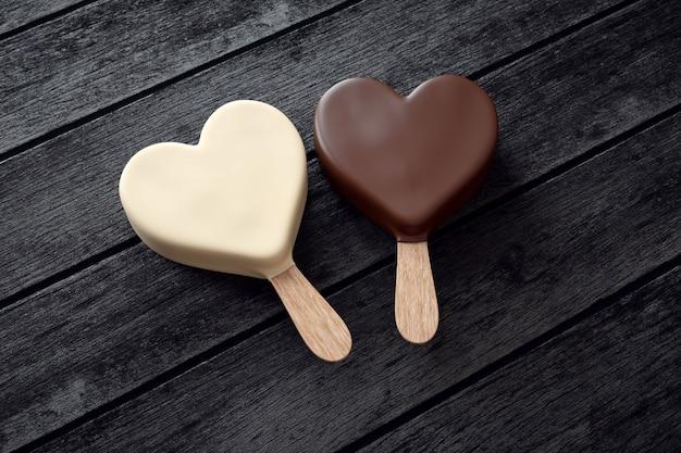 Dois sorvetes com forma de coração na madeira