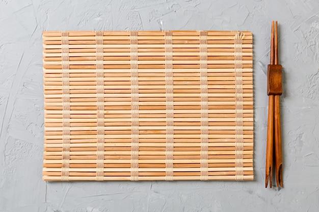 Dois, sushi, chopsticks, com, vazio, esteira bambu, ou, madeira, prato