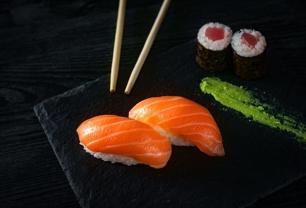 Dois sushi com salmão na pedra