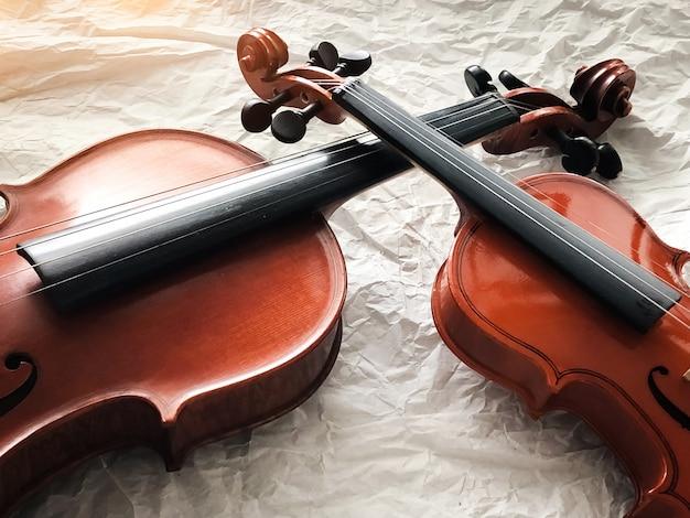 Dois tamanhos diferentes de violinos colocados em segundo plano