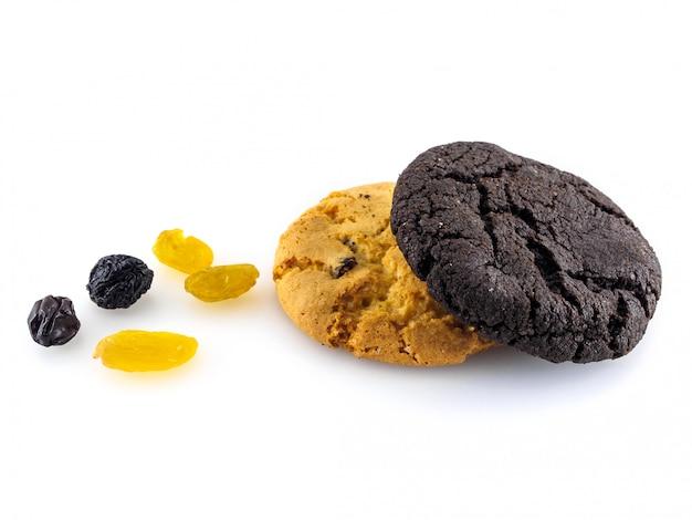Dois tipos de biscoitos e passas em um fundo branco.