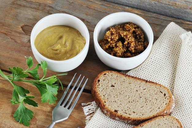 Dois tipos de mostarda, mostarda clássica e mostarda dijon