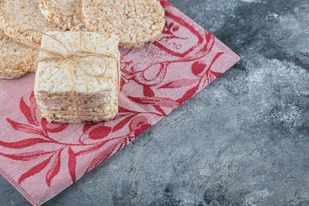 Dois tipos de pão crocante saboroso em pano vermelho.
